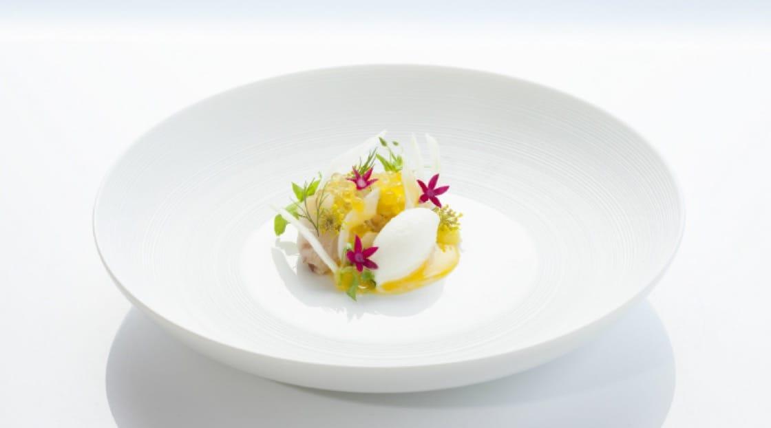 <p><b>คอร์ส 1.</b> ปลาชิมะ-อาจิ ไข่ปลาเทร้าต์สีทอง เฟนเนล เชอร์เบ็ทยูซุ-โยเกิร์ต</p> <p><b>เทคนิคการปรุง: </b> ปลาชิมะ-อาจิ ดองกับผิวส้ม เกลือ น้ำตาล 90 นาที  จากนั้นหมักอีกครั้งด้วย น้ำมันมะกอก เฟนเนลและผักชีลาว</p>