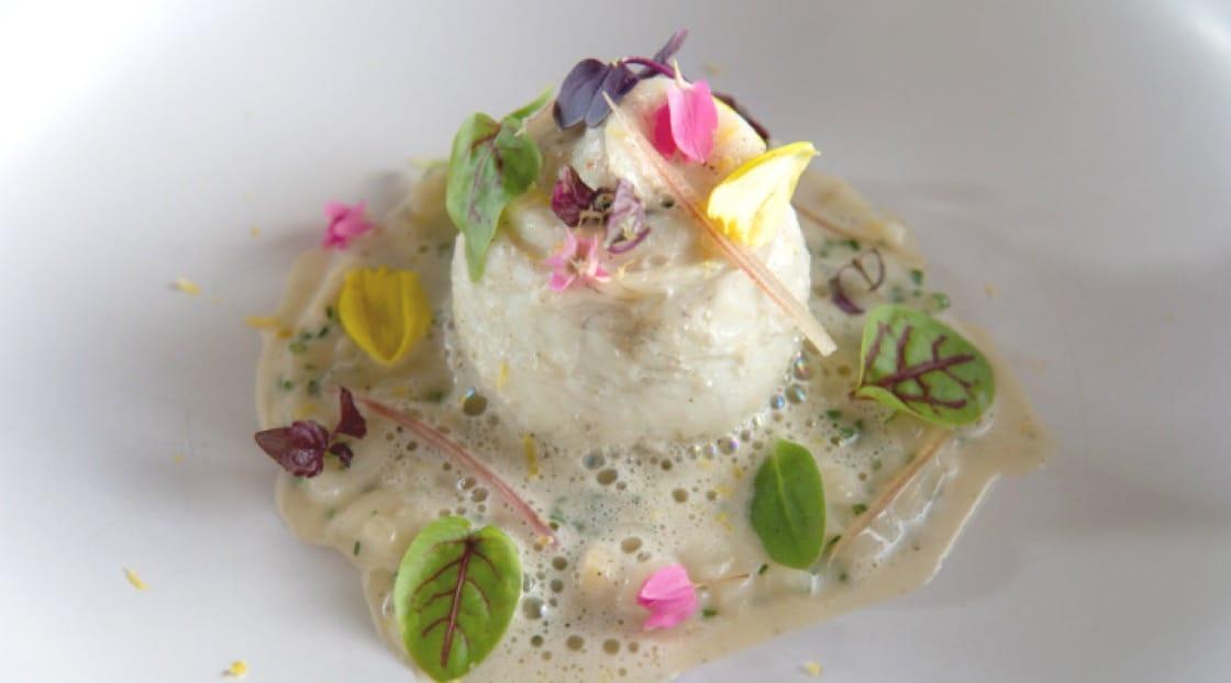 ปลาฮิราเมะสอดไส้ผักขมนึ่ง พร้อมรีซอสโต้ซีรีแลคราดด้วยซอสปรุงรสกับชาเขียวข้าวคั่ว โรยด้วยผิวเปลือกส้มยูสุ