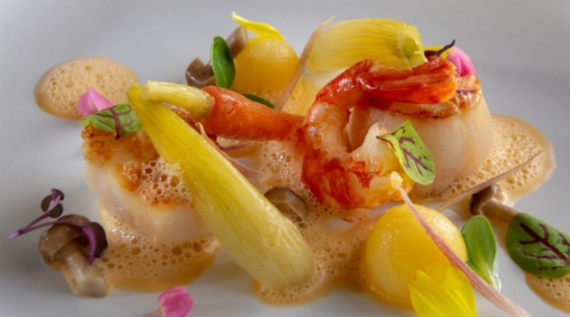 หอยเชลล์จากฮอกไกโด กุ้งโบตั๋น พร้อมผักและเห็ดชิเมะจิ โรยหน้าด้วยผักชีญี่ปุ่น