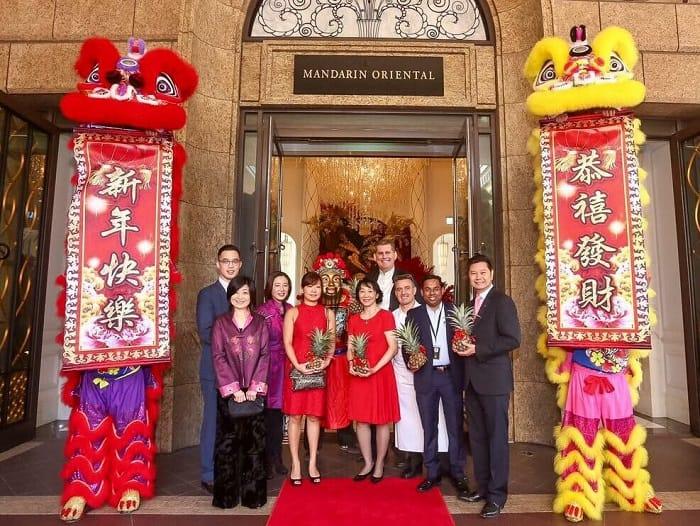農曆大年初一,手持鳳梨為公司作開年拜神儀式,是作為香港人的一個新體驗。(拍攝:鄔智明)