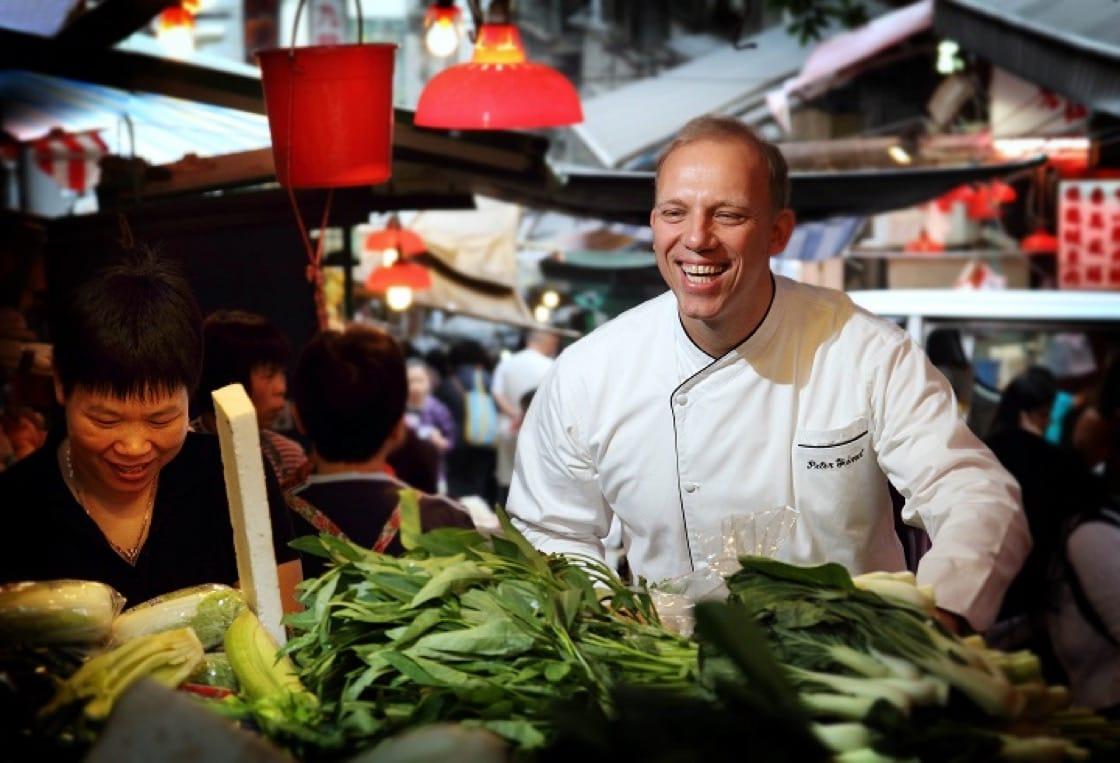 行政總廚 Peter Find 親自陪你去街市買菜。(圖片提供:香港麗思卡爾頓酒店)