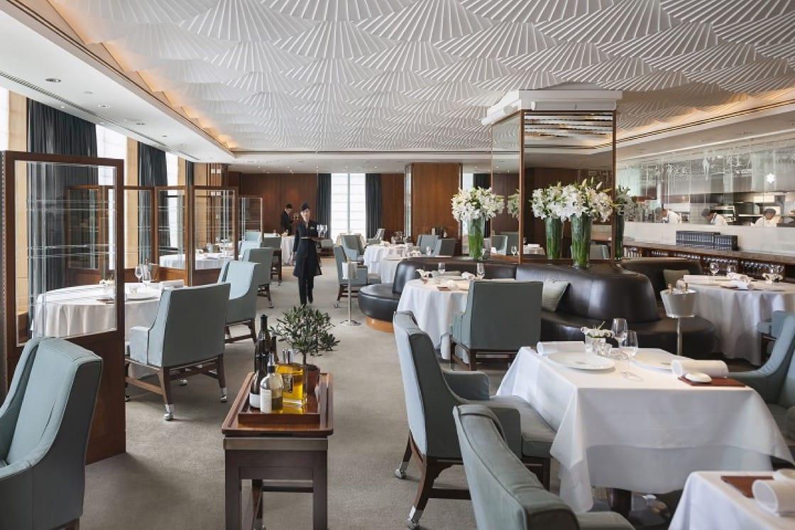 參與香港文華東方酒店的住宿體驗,客人即可在酒店內幾間星級餐廳享用美食。(圖片提供:香港文華東方酒店)