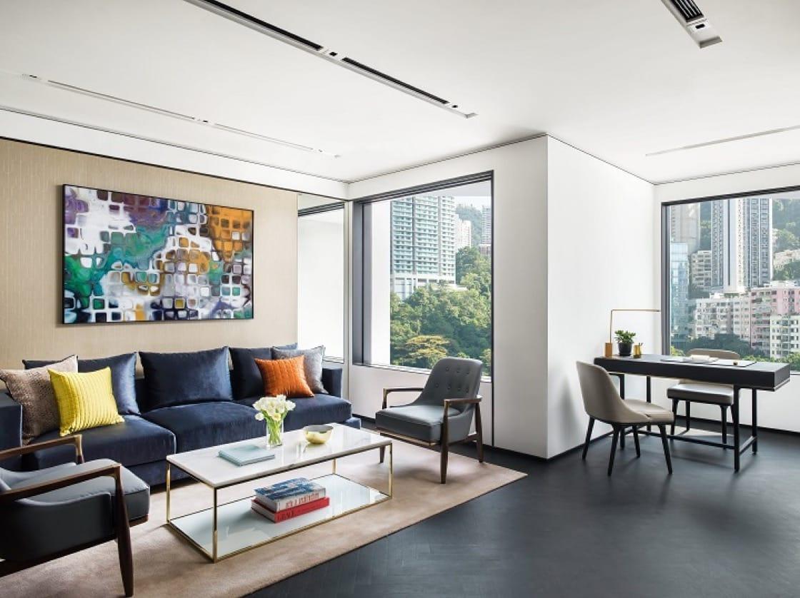 The Murray 每間房間都設有嵌入式窗戶,能減少直接日照,但不減自然採光,讓室內感覺明亮舒適。(圖片提供:The Murray, Hong Kong)