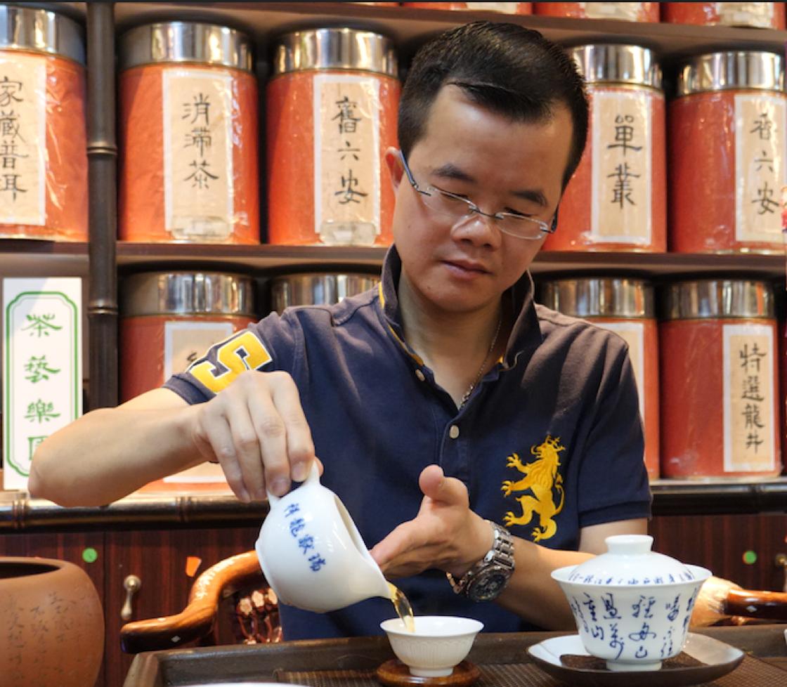 吳志泉從小便天天喝茶。