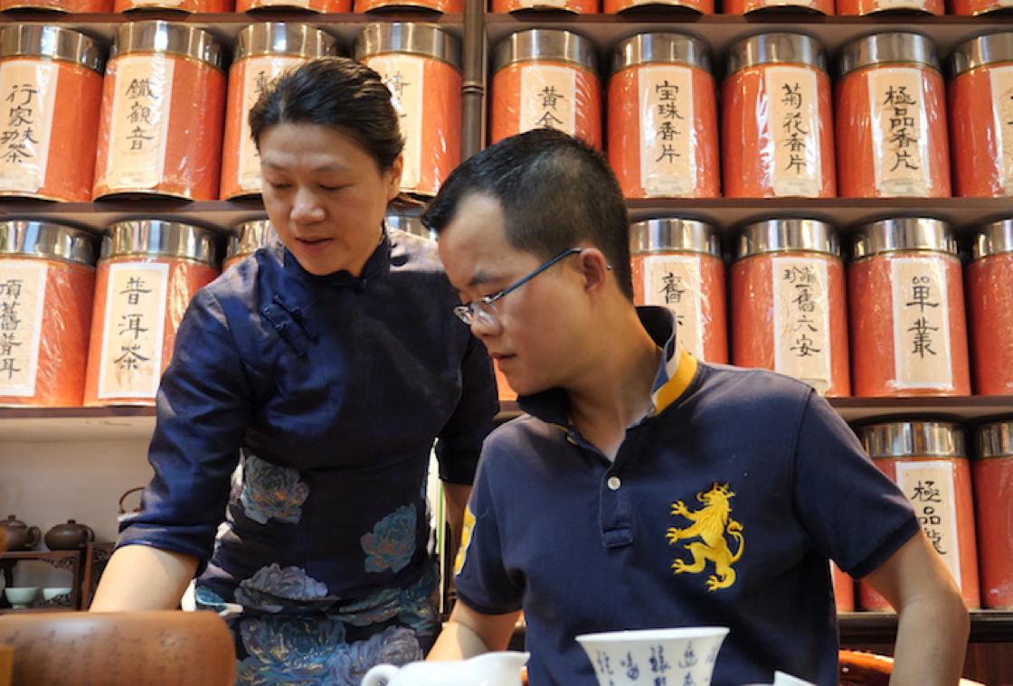 茶藝樂園營運總經理馮彩霞與吳志泉關係亦師亦友。