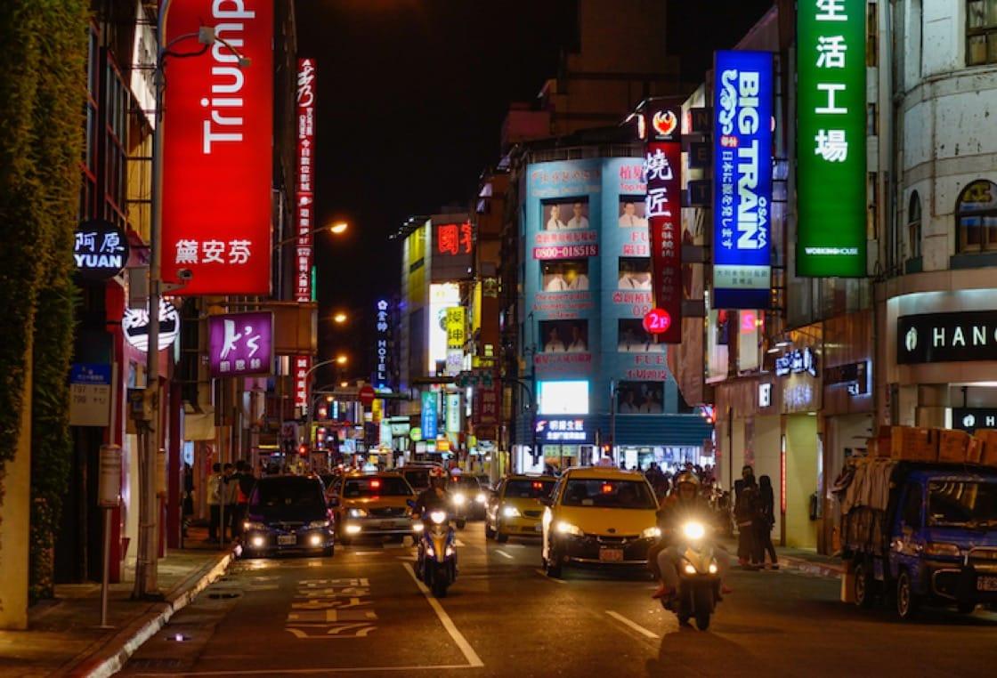 晚上九點過後,大批學生與工作人員下班,為夜宵市場帶來第一波高潮。(資料圖片)