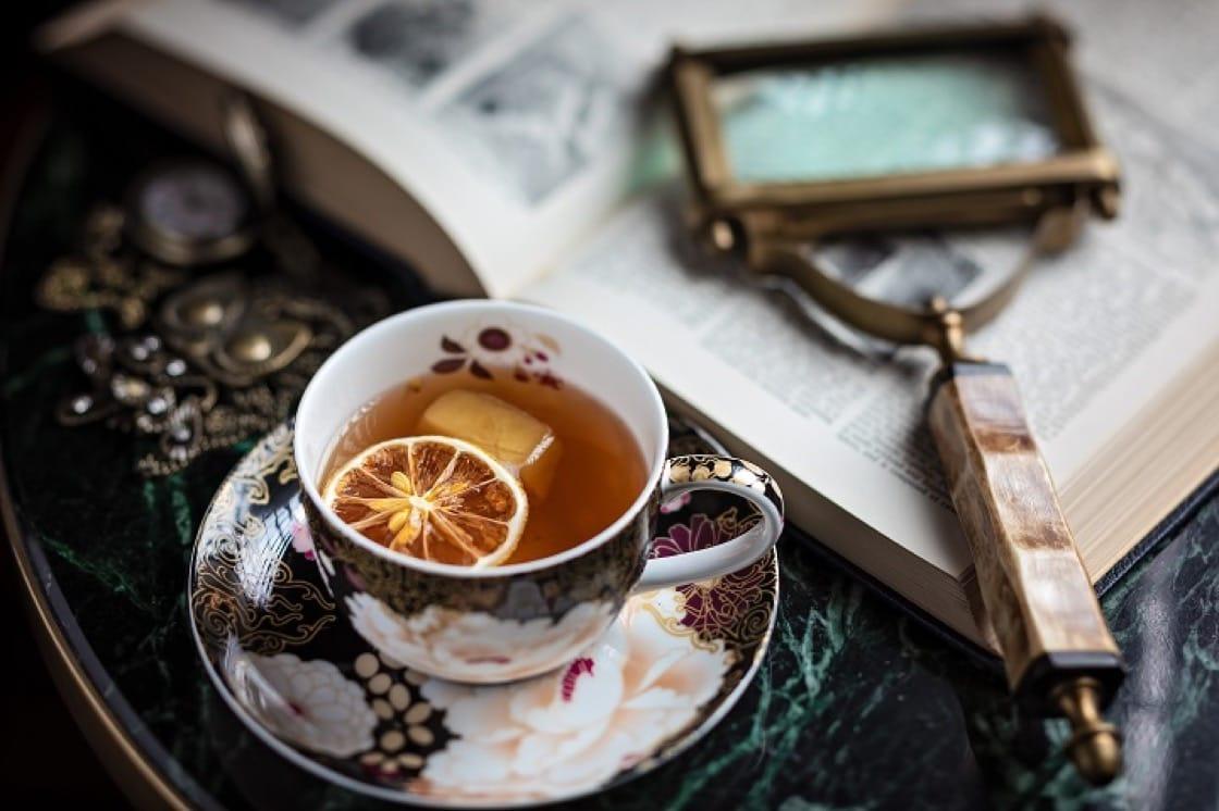 威士忌、鐵觀音糖漿、橘子酸及苦味朱古力調製的 Catch of TEA,以風乾檸檬片及茶製冰塊點睛。(圖片提供:Frank's Library)