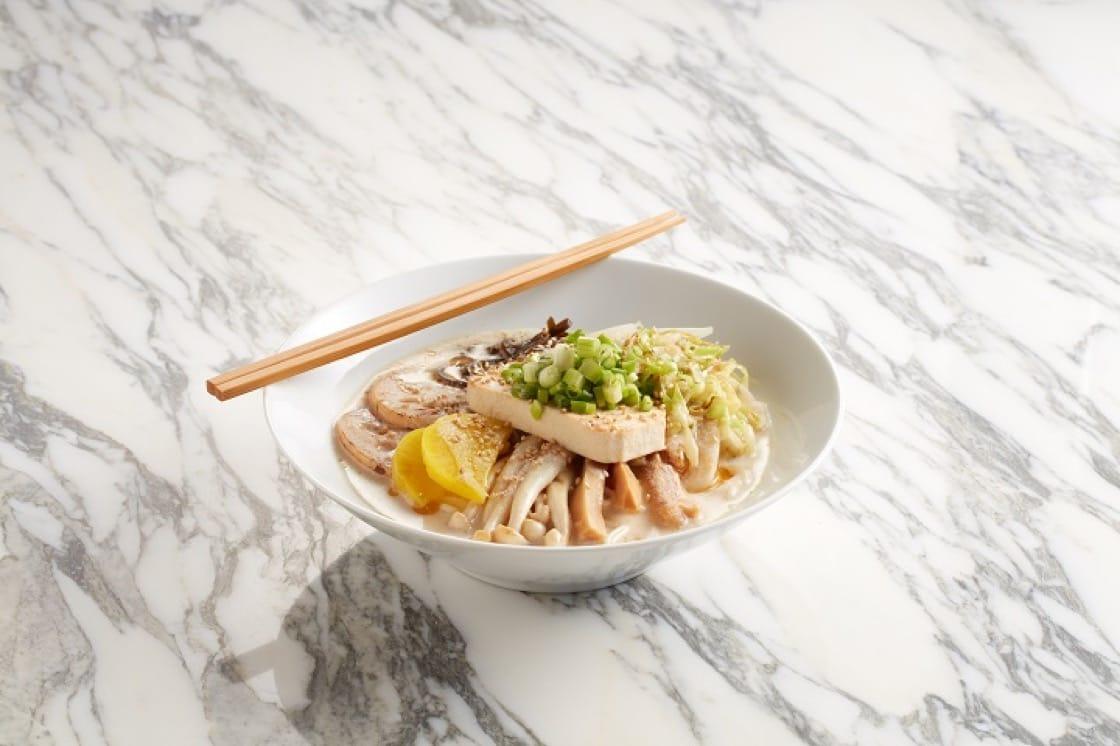 日本風純素版白龍拉麵,以自家配方豆乳湯底配以白麵豉製作。