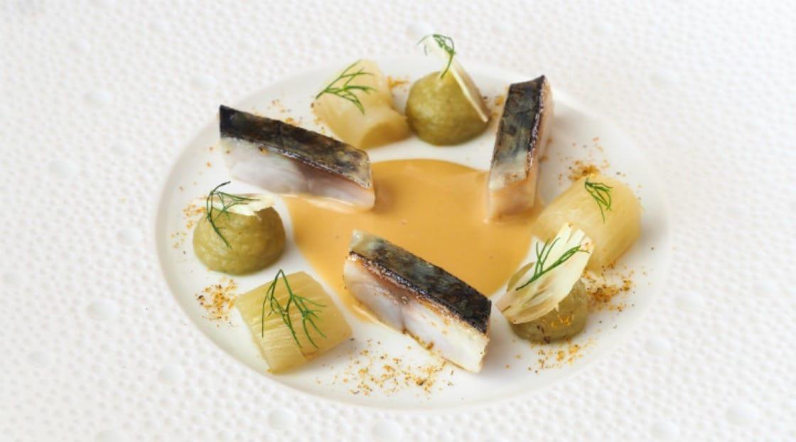 ใบยี่หร่า และเนื้อปลาแมคเคอเรล ผักชีฝรั่ง และชะเอมเทศ