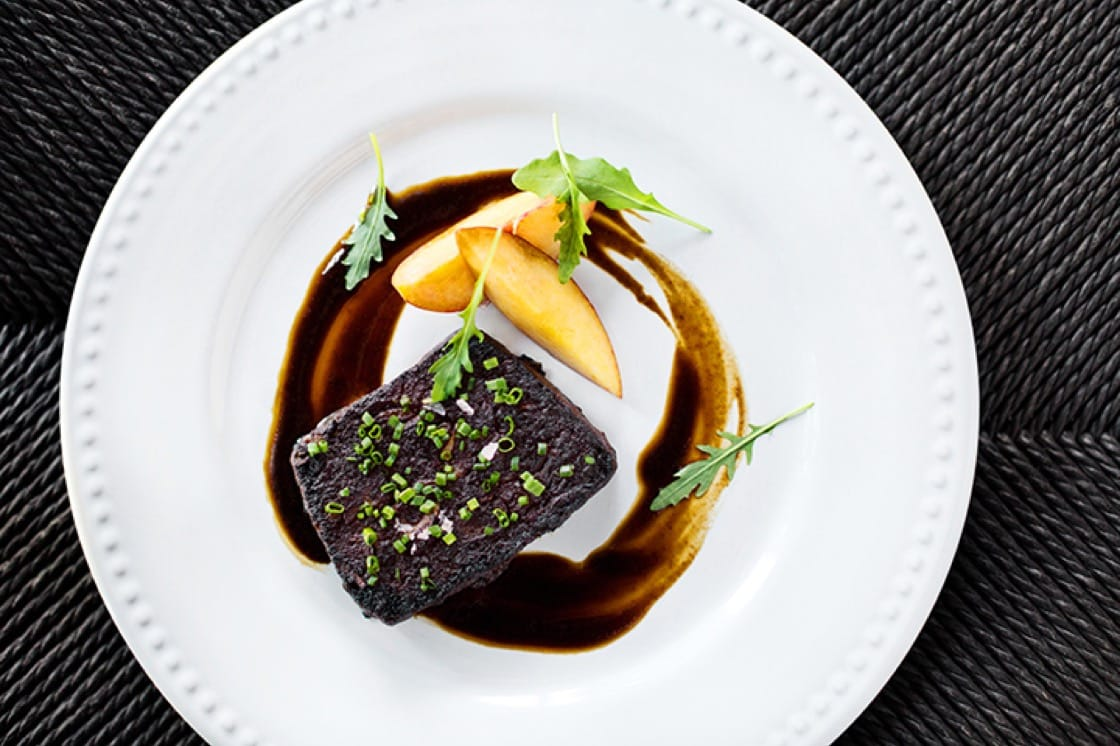 Giraud 將 Broken Spanish 的辣味煙燻碎鴨肉與德國飛芬根的乾白葡萄酒施埃博搭配。 (圖片來源:DYLAN + JENI.)