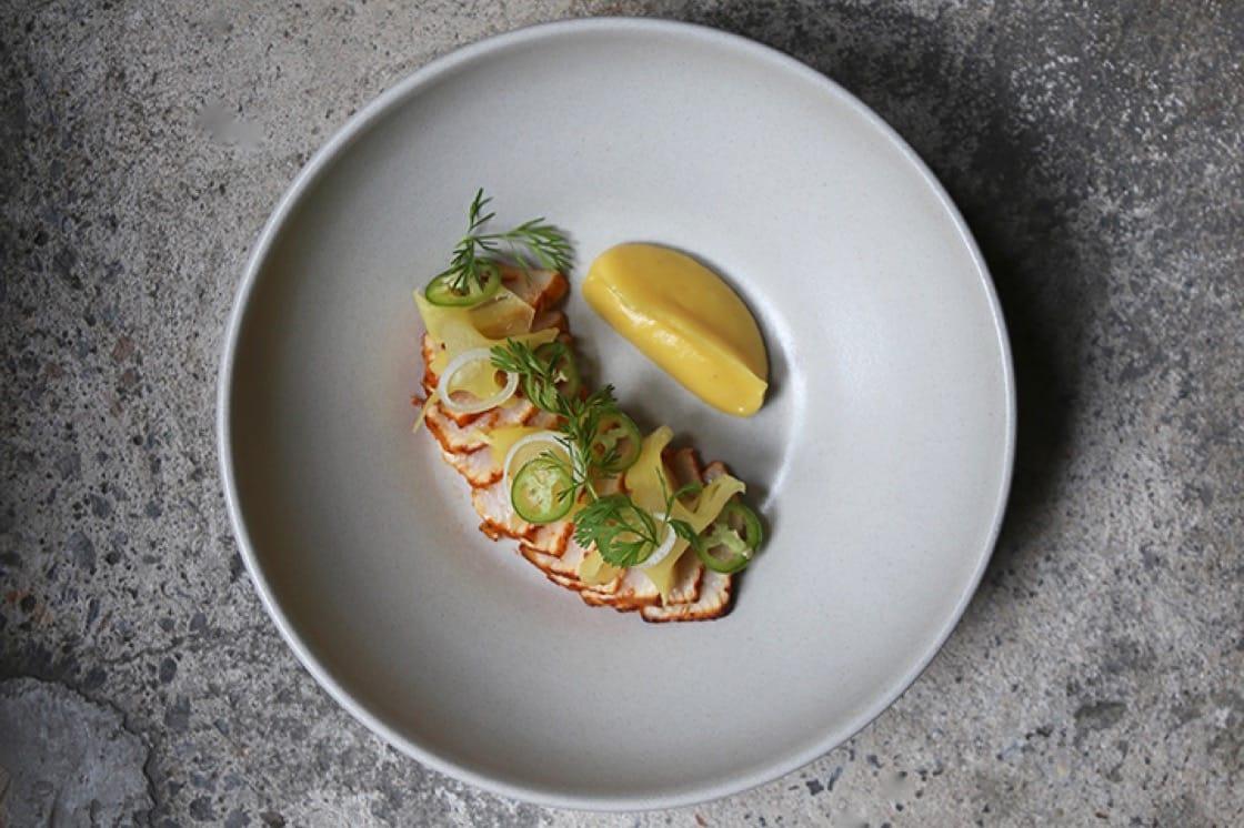 Cosme 餐廳的烤軍曹魚捲餅搭配菠蘿泥和芫荽葉。(圖片:Kelt T)