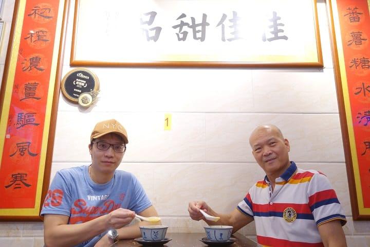 招偉業(右)現時擔任顧問,生意基本已交給招永鏡(左)兩兄弟。(拍攝:陳志雄)