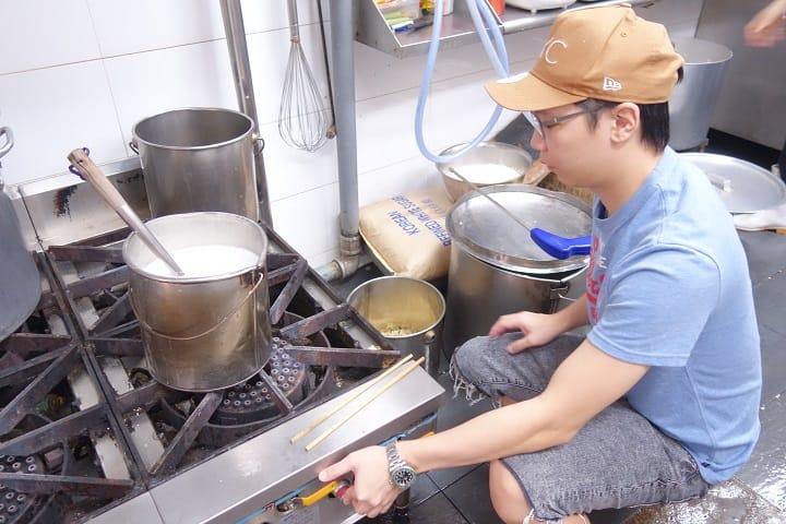 煮糖水的火候全靠經驗,要小心控制。(拍攝:陳志雄)