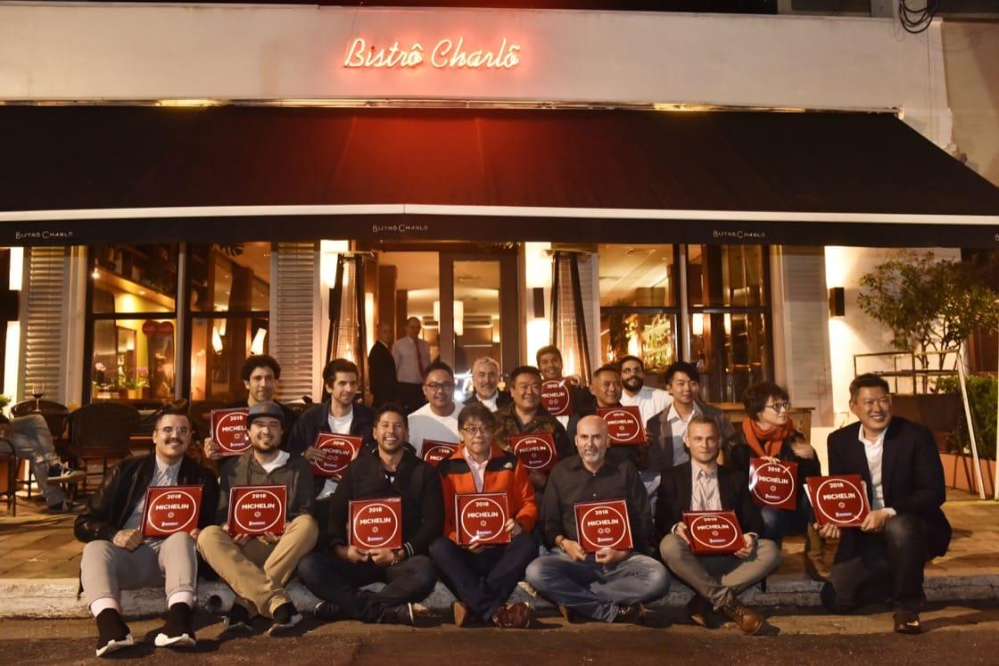 Chefs dos restaurantes estrelados em 2018 e as placas guia MICHELIN