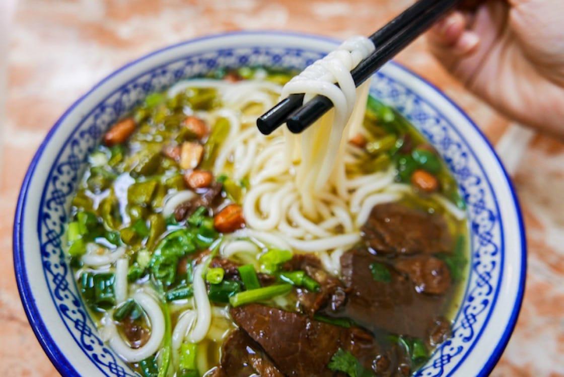 中式拉麵是由小麥麵粉拉製而成。(圖片來源:Shutterstock)
