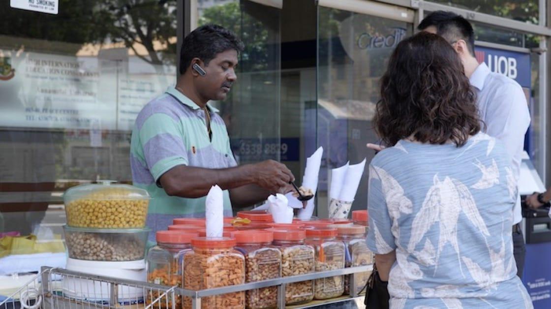 Moorthy是來自泰米爾納德邦的第三代雜錦豆賣家。 (圖片來源:米芝蓮指南數碼網)