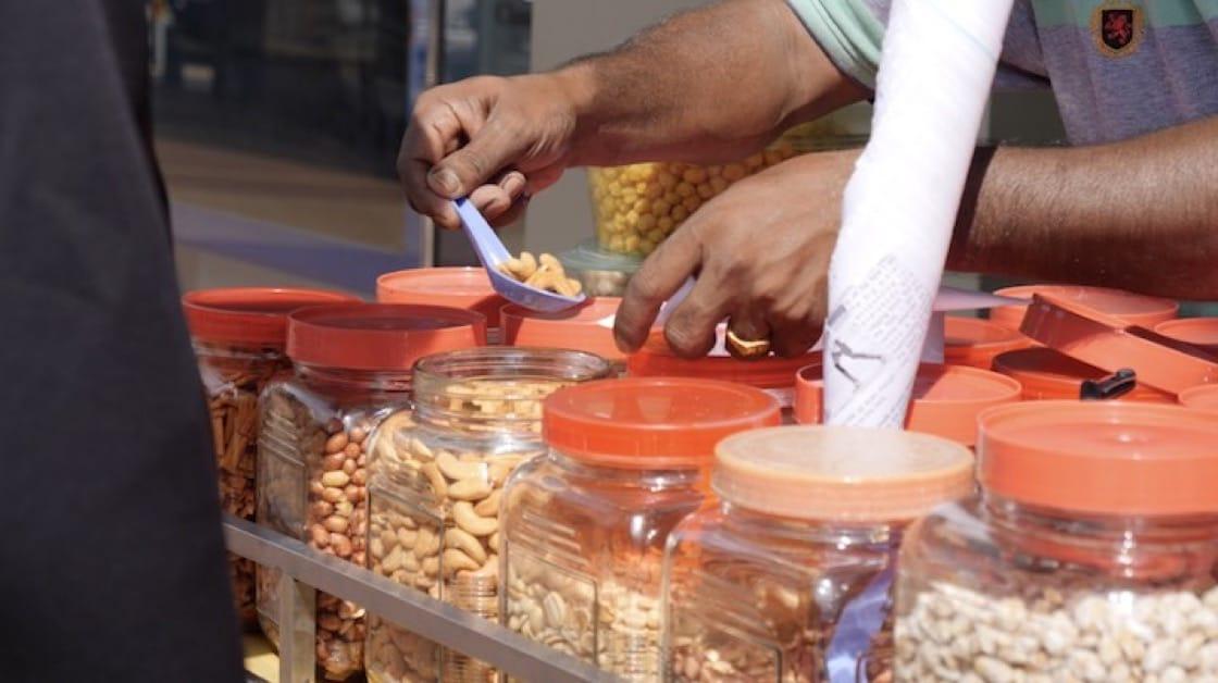 Moorthy的雜錦豆攤位出售20多種堅果、豆類和鹹曲奇。 (圖片來源:米芝蓮數碼網)
