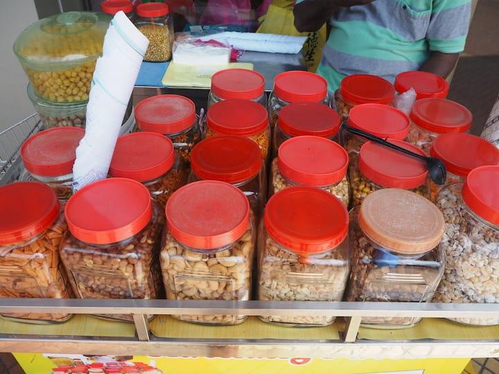 Moorthy為雜錦豆調味。 (圖片來源:米芝蓮指南數碼網)