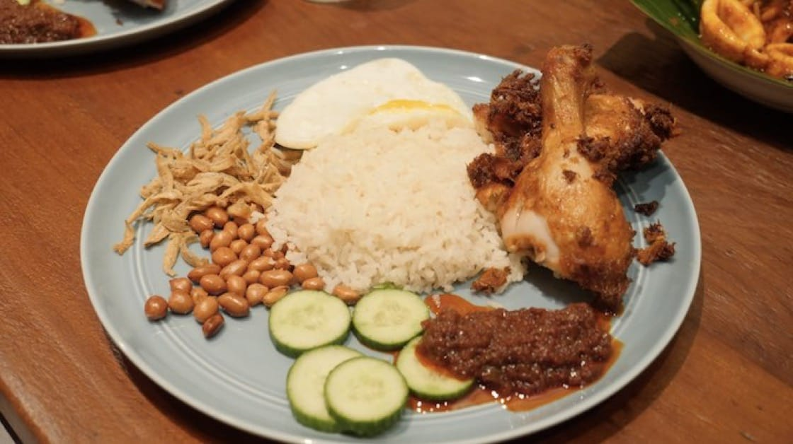 椰子俱乐部的椰浆饭里有整只的鸡腿、江鱼仔、烤花生、煎蛋、黄瓜片及叁巴辣酱。(米其林指南数码网)