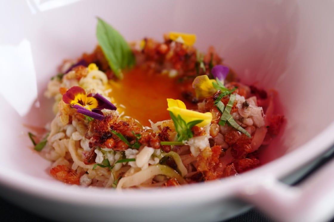 季節性螞蟻幼蟲和竹筍是這道泰國南部螃蟹咖喱的特色。(圖片:米芝蓮數碼網)