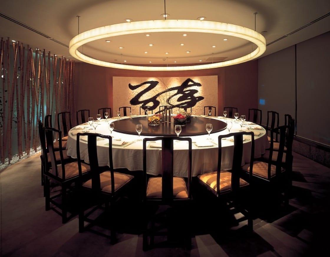 晶華內有八間不同風格的餐廳,其中三樓的晶華軒提供粵菜港點,空間則有意思地結合了傳統書法與現代燈光。(圖片:業者提供)