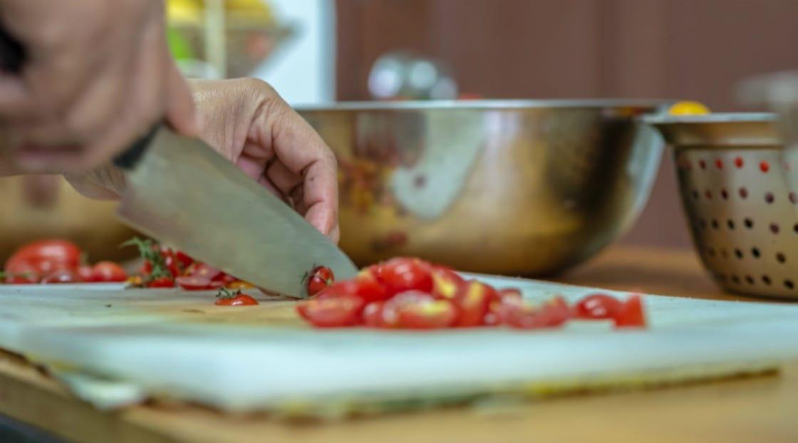 เจมส์ โนเบิลลงมือเตรียมอาหารสำหรับเมนูประจำสัปดาห์ที่มีชื่อเสียงของฟาร์ม<br>เครดิตภาพจาก : Patrick Jacobs