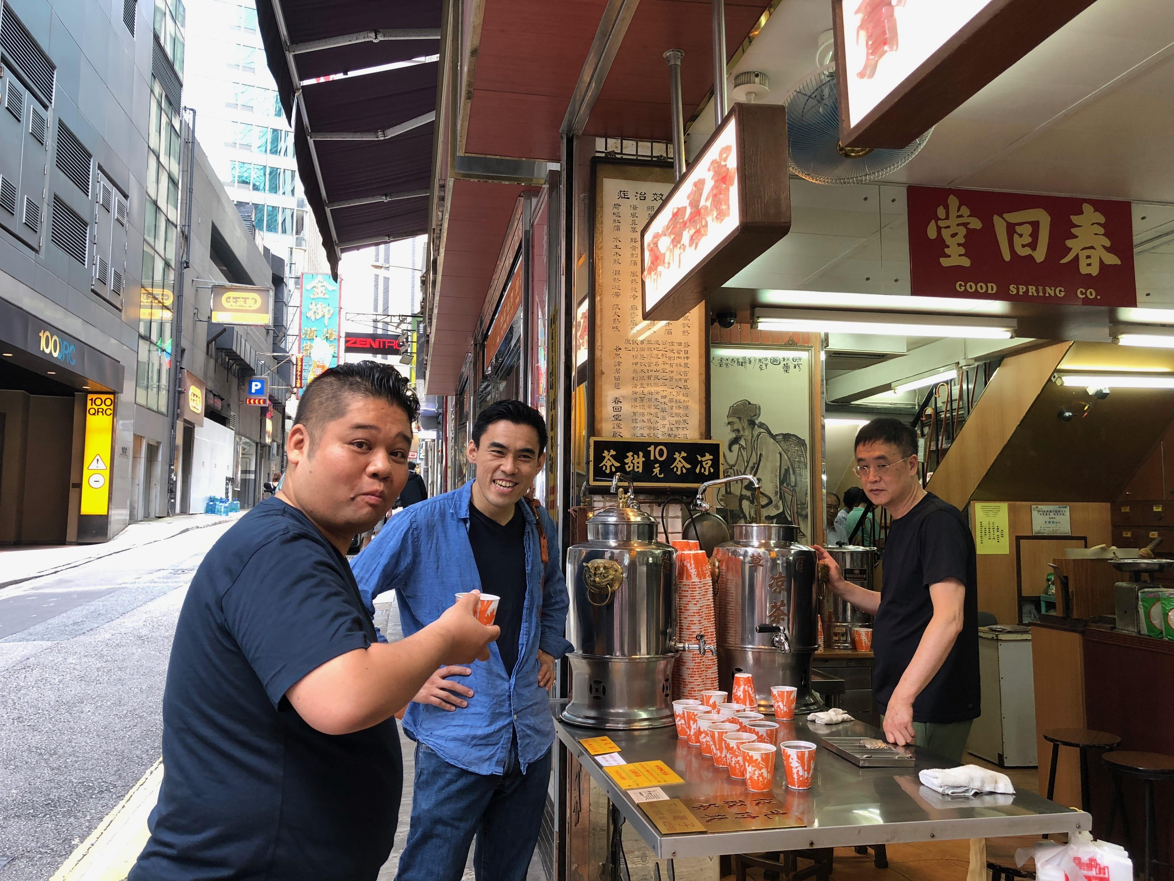 中环春回堂的凉茶很有名,这日大厨们就喝下一杯有助消化的凉茶。(图片:潘小熊)