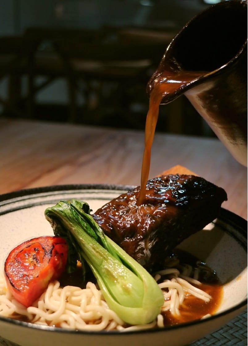 一號糧倉的招牌菜色:帶骨牛小排麵,希望來客吃到時代感與意義。(一號糧倉提供)