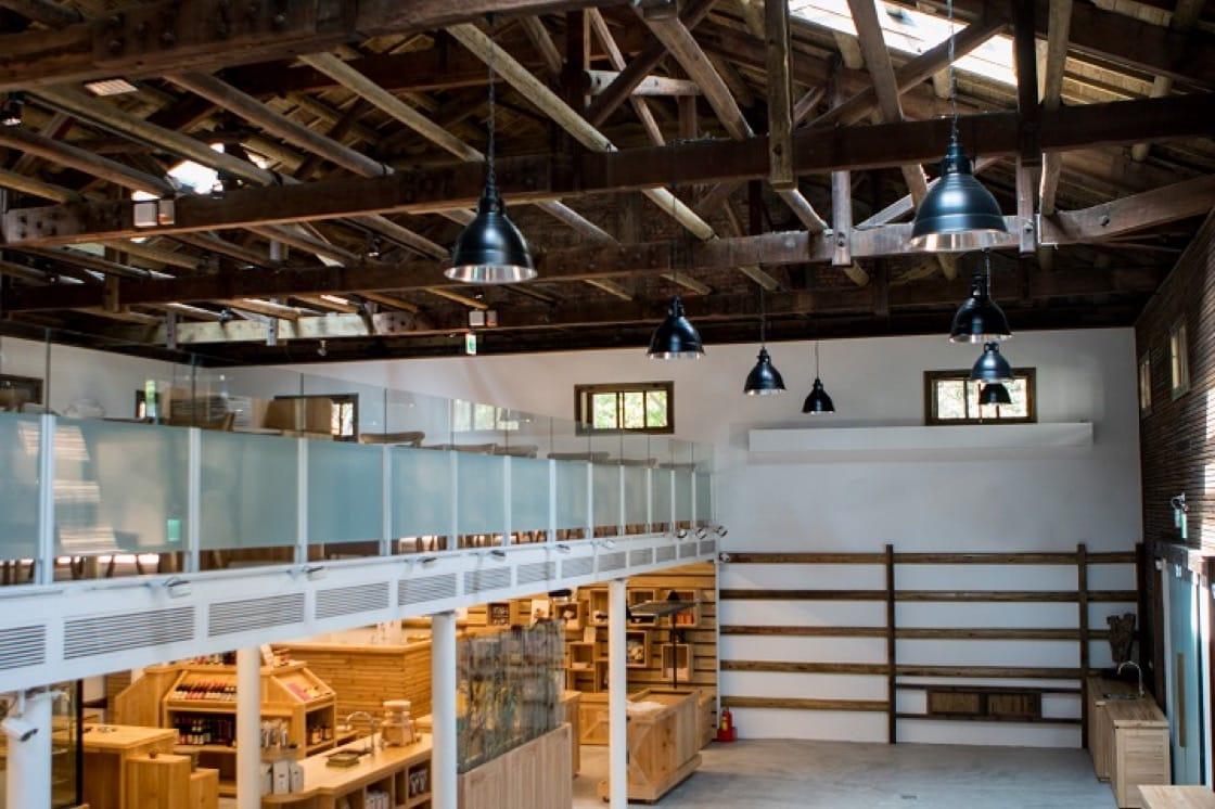 由日據時代糧倉改建而成,一樓是超市,二樓是餐廳,木造的建築充滿歷史感。(一號糧倉提供)