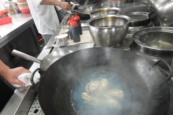 汆水可以去除蠔的腥味,惟鮮味也會流失少許。(圖片:陳志雄)