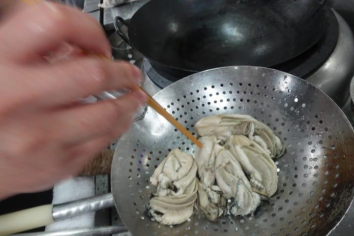 五至六隻一桶的桶蠔,做這菜最適合。(圖片:陳志雄)