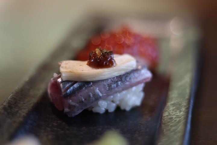 四季菊的秋刀魚松茸壽司,取最當造的秋刀魚做。(圖片:陳佳男)