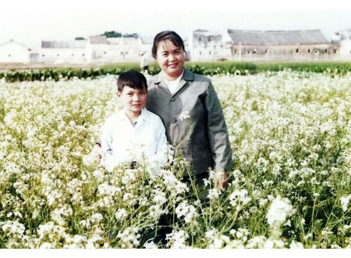Hui took this photo at the age of seven or eight with his mother at the backyard of his home.