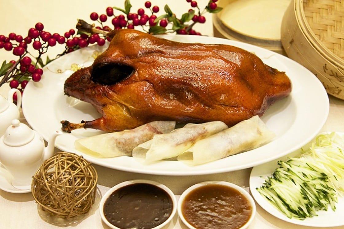 大倉久和的片皮鴨可以二吃,選擇炒鴨架、鴨鬆或是鴨粥。(圖:大倉久和提供)