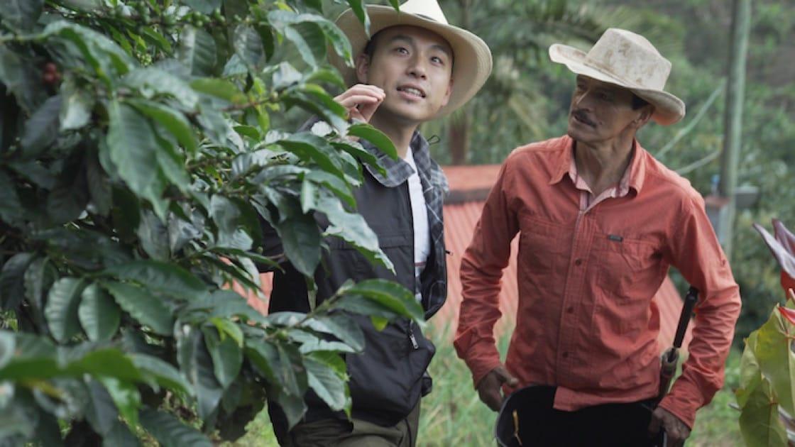 VEA 行政總廚鄭永麒(左)於哥倫比亞與咖啡農 Humberto 交流。