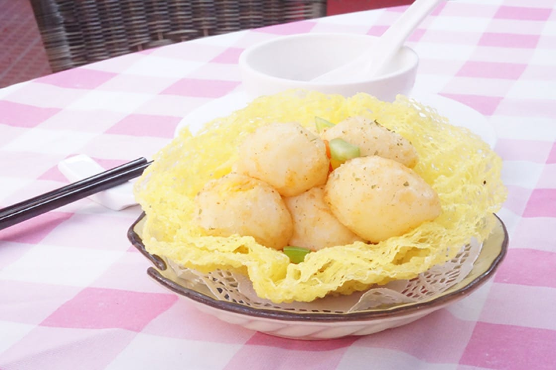 Pigeon eggs in bird's nest offer diners contrasting textures with the eggs' crunchy surface and tender interior. The eggs' aroma is also stronger than that of chicken eggs.(Photo: Ada Au)