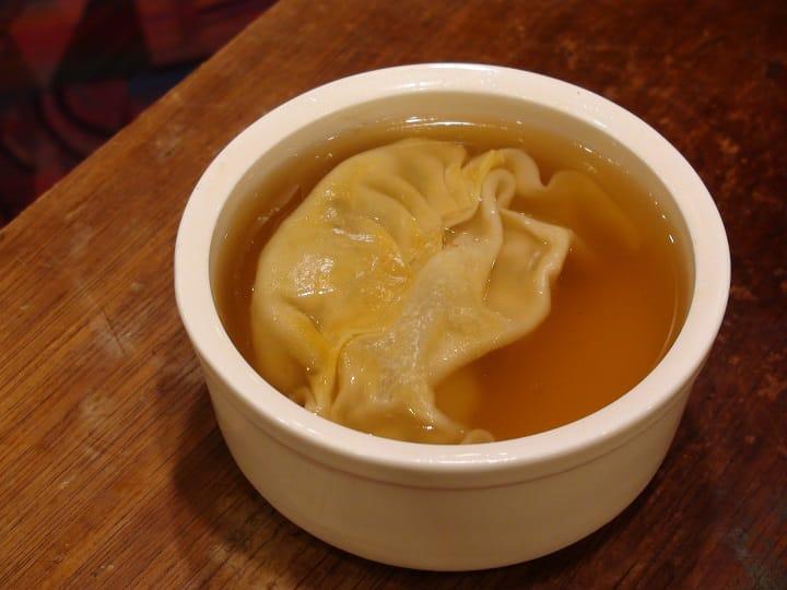 現時的灌湯餃都是餃子浸上湯裏,吃來和傳統灌湯餃的味道完全不同。(圖片:孟惠良)