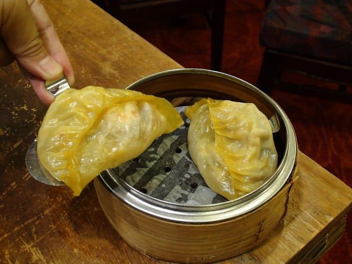 傳統灌湯餃,置在鋼托上蒸成。(圖片:孟惠良)