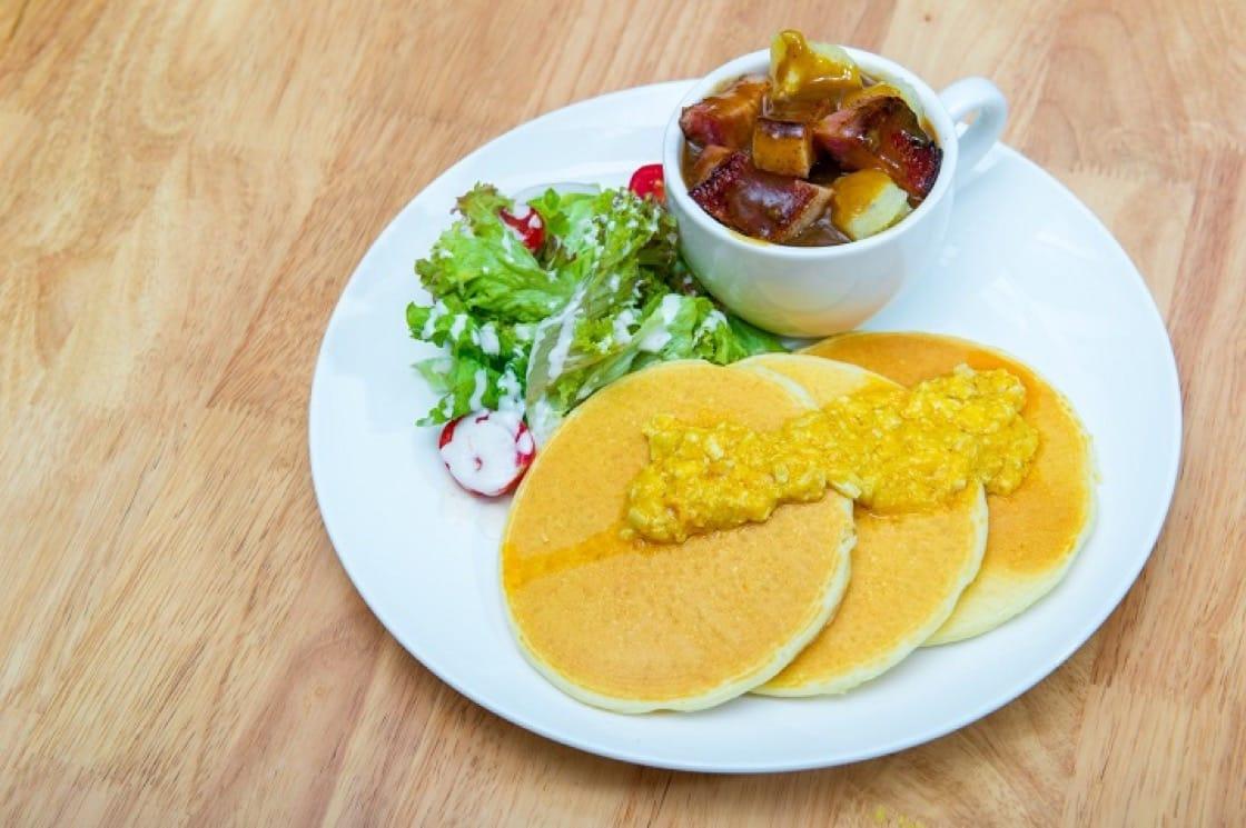 gram café & pancake也提供鹹食班㦸,吸引不同族群的顧客。圖為鹹蛋黃班㦸。(圖片:gram café & pancake)
