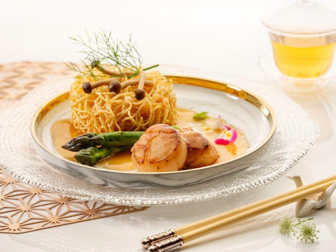 Pan-fried Hokkaido King Scallop with Crispy Noodles. (Credit: Li Bai Cantonese Restaurant)