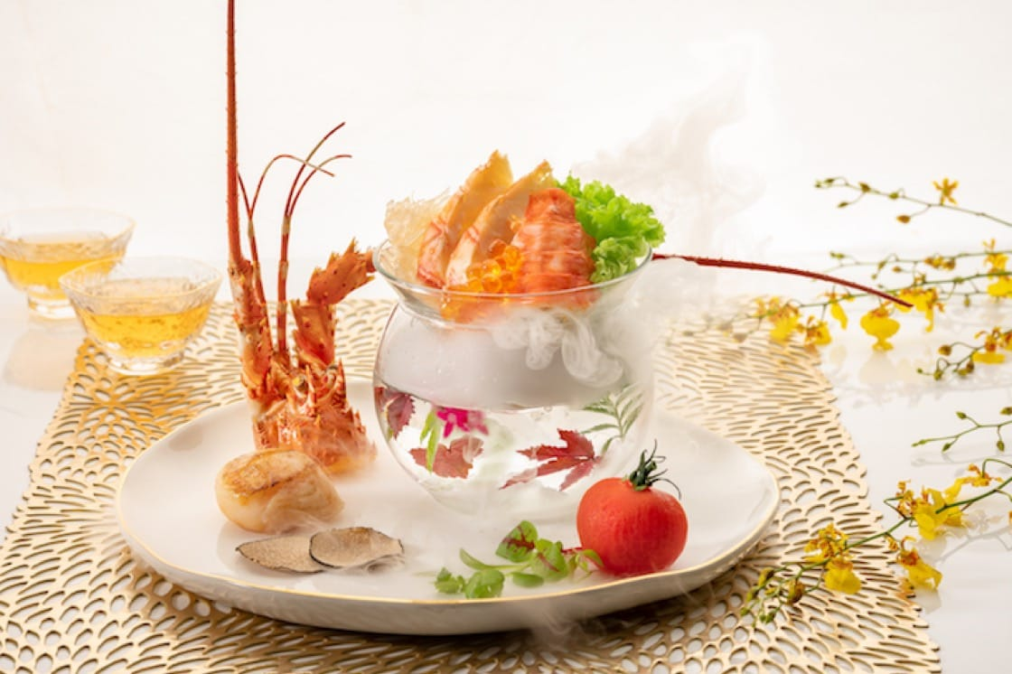 The flavours of the lobster and scallop are enhanced by the slices of black truffle. (Credit: Li Bai Cantonese Restaurant)