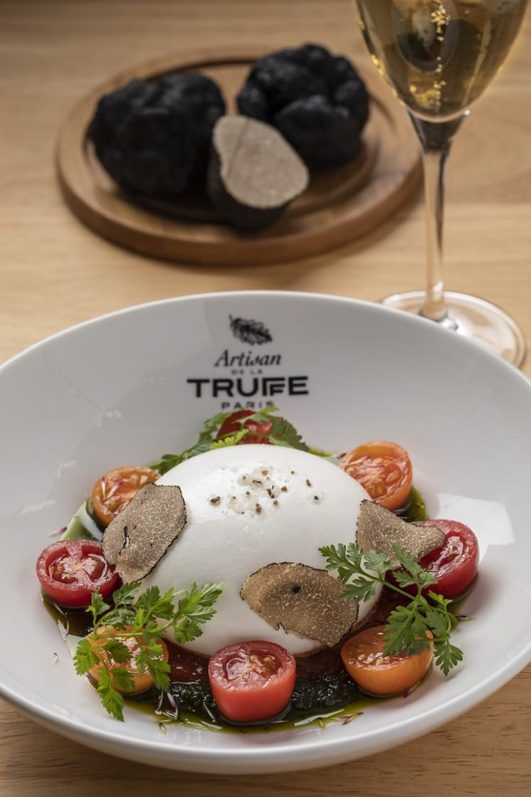 https://d3h1lg3ksw6i6b.cloudfront.net/media/image/2018/11/06/bb48e35cc5284015a7f59a696f0528aa_Burrata+cheese+with+black+truffle+%E6%B5%81%E5%BF%83%E6%B0%B4%E7%89%9B%E8%8A%9D%E5%A3%AB%E9%85%8D%E9%BB%91%E6%9D%BE%E9%9C%B2%28%E5%9C%96%E7%89%87%E4%BE%86%E6%BA%90%EF%BC%9A%E6%9D%BE%E8%97%9D%E9%A4%A8%EF%BC%89++.jpg