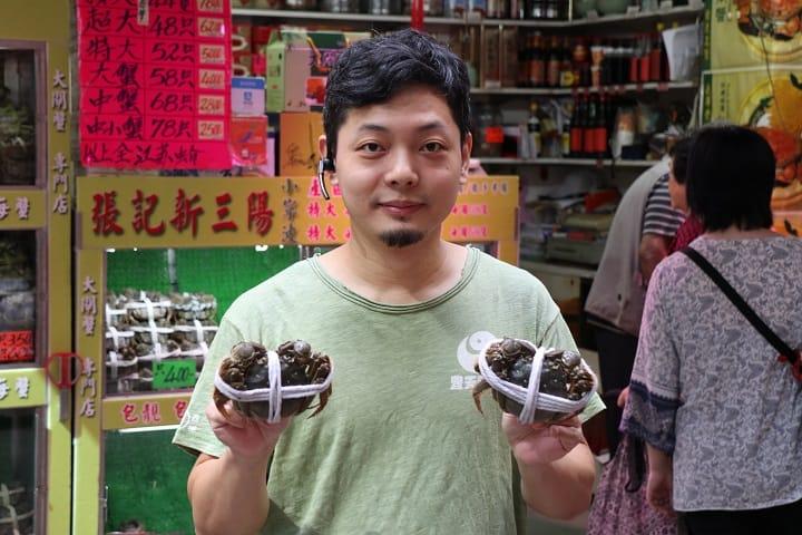 蟹商 Ronald 表示今年訂蟹宜早。(圖片:陳佳男)