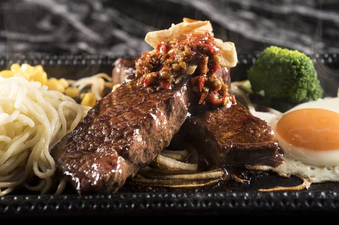 樂軒旗下的鉄火牛排的創新菜色「麻辣牛排」。(照片:鉄火牛排提供)