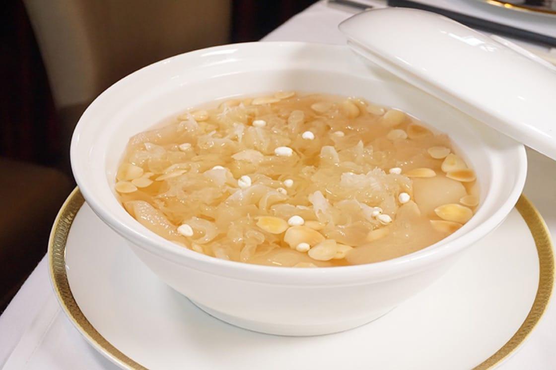 雙雪燉川貝,滋潤滿分的燉糖水,有豐富膠質的雪耳及滋潤的雪梨,而黃智輝特別將冰糖加水溶解後才燉,避免冰糖的雜質混入糖水中,影響清澈度。(圖片:區佩嫦)