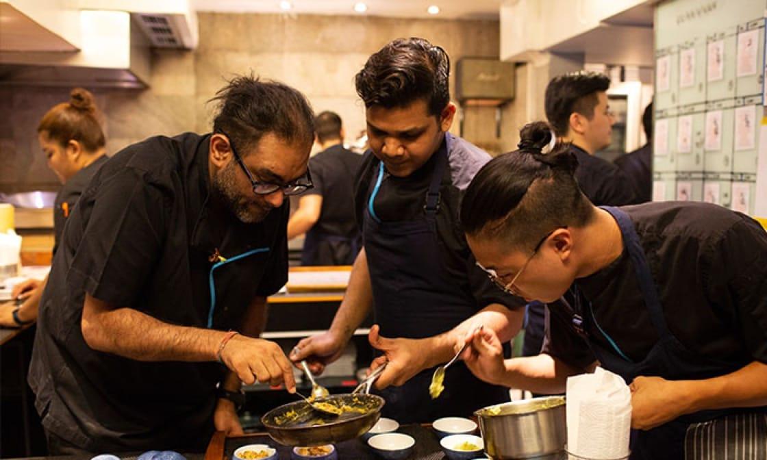Gaggan Anand大廚(左)與團隊們在Gaggan忙碌工作。