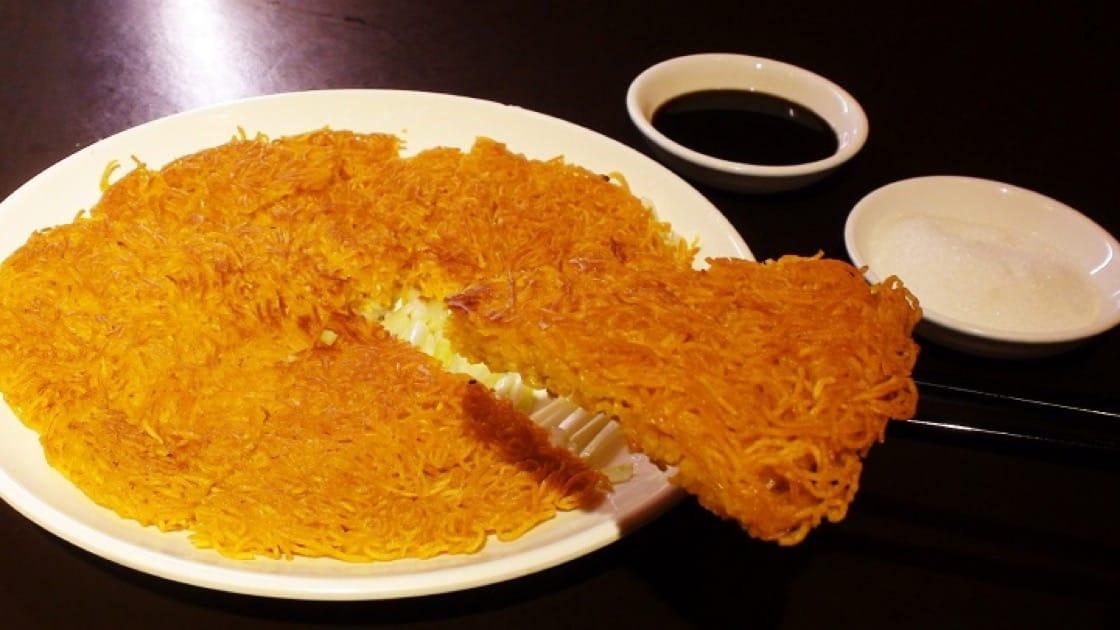 潮州兩面黃麵外脆內軟,吃時蘸上老醋和砂糖,酸甜開胃,油膩全消。(圖片:孟惠良)