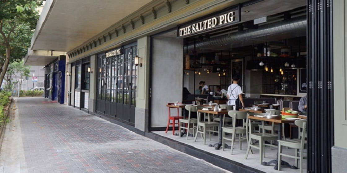 The Salted Pig's seats in the front open to the street and cool air. (Photo: Chope)