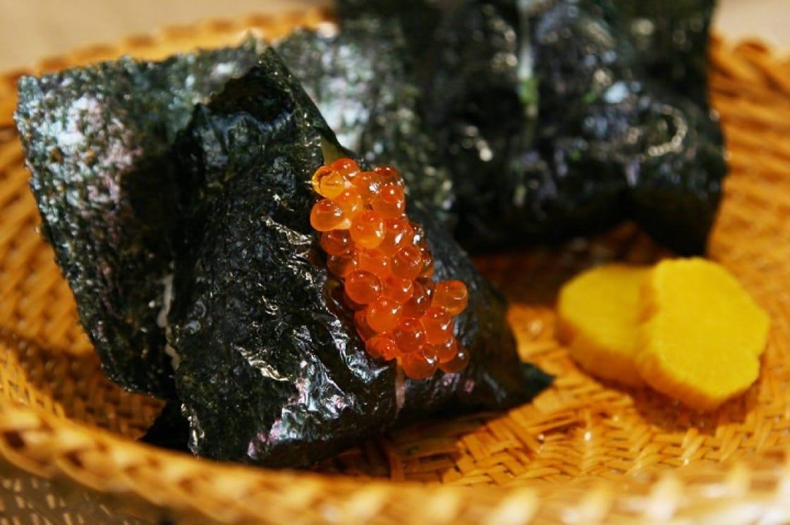 第12年公布的東京指南中,「東京最古老的日式飯糰專門店」「淺草宿六」入選必比登推介。(照片取自淺草宿六面書)