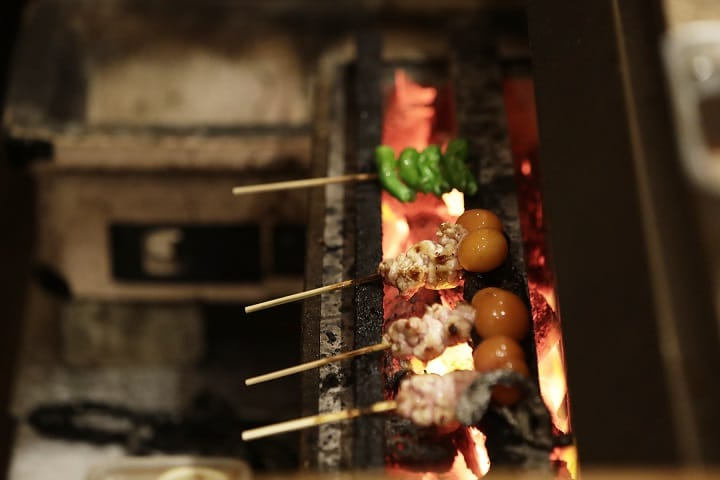 東京とり喜的串燒希望外熟內嫩,因此會用大火快速燒烤,而不是文火慢烤。